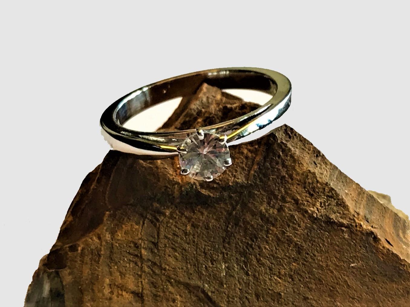 Ring; 14K Weissgold mit weissem Saphir